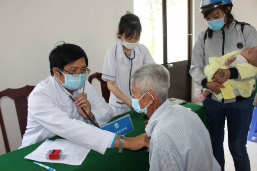 Thầy thuốc Cần Thơ về U Minh Thượng khám bệnh cho bà con nghèo