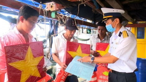Vùng 5 tặng cờ Tổ quốc cho ngư dân