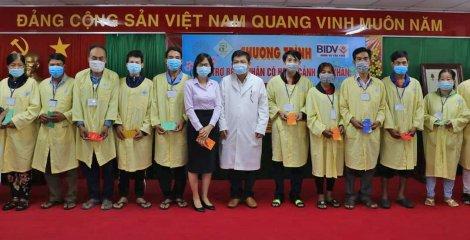 BIDV Cần Thơ trao tặng 100 phần quà cho bệnh nhân có hoàn cảnh khó khăn tại Bệnh viện Đa khoa Trung ương Cần Thơ