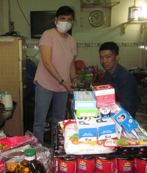 Nhóm từ thiện bạn bè tặng quà hai mẹ con bệnh tật, khốn khó