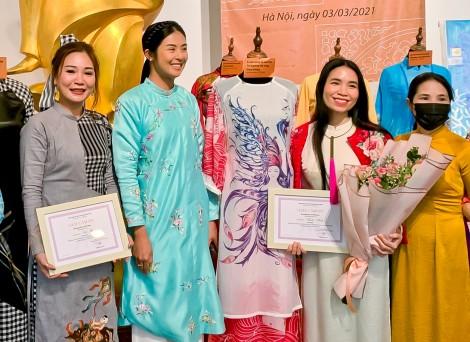 """Nhà thiết kế Huệ Thi  hiến tặng áo dài """"Đờn ca  tài tử Nam Bộ"""" đến Bảo tàng Phụ nữ Việt Nam"""