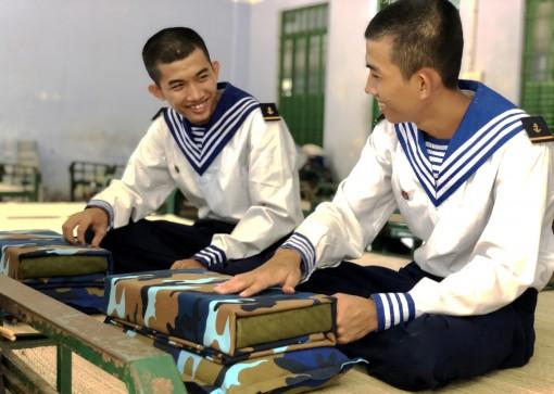 Hai anh em song sinh tình nguyện nhập ngũ