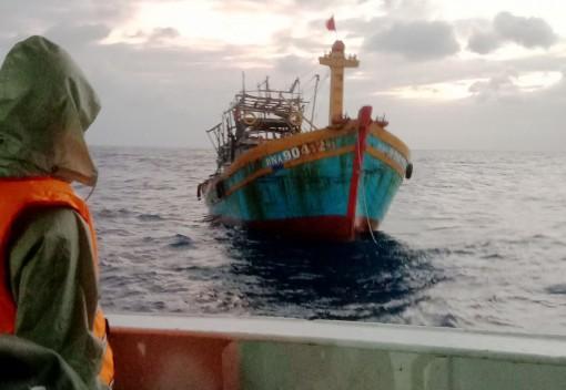 Tàu KN 302 kịp thời hỗ trợ tàu cá Đà Nẵng bị nạn trên biển