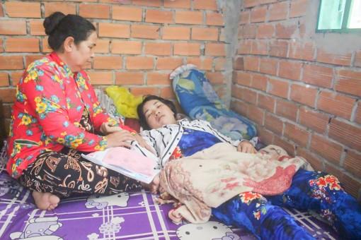 Mẹ bệnh nặng không tiền chữa trị, 3 con thơ nương nhờ bà ngoại nghèo