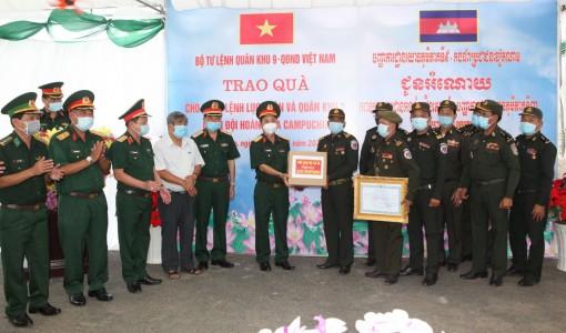 Bộ Tư lệnh Quân khu 9 trao tặng vật tư y tế  cho Quân đội Hoàng gia Campuchia