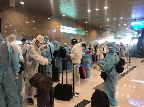 Cần Thơ: 16 người đi cùng chuyến bay với bệnh nhân 2989 âm tính SARS-CoV-2