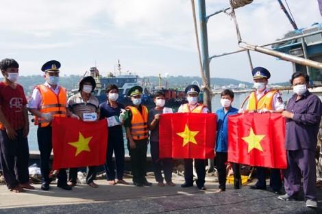 Cảnh sát biển đồng hành với ngư dân tại huyện đảo Bạch Long Vĩ