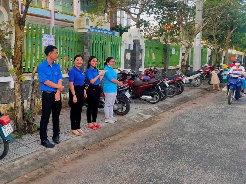 Đoàn phường Thốt Nốt  tham gia đảm bảo an toàn giao thông