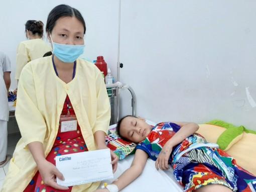 Trao tiền từ thiện cho em Nguyễn Hoàng Tuấn
