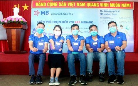 Sinh viên Việt Nam hào hứng trải nghiệm thẻ tín dụng quốc tế MB Modern Youth