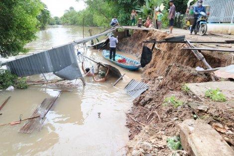 Mưa giông, sạt lở bờ sông ảnh hưởng nhà dân tại quận Cái Răng và Ô Môn