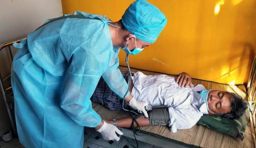 Bệnh xá đảo An Bang cấp cứu ngư dân bị xuất huyết tiêu hóa