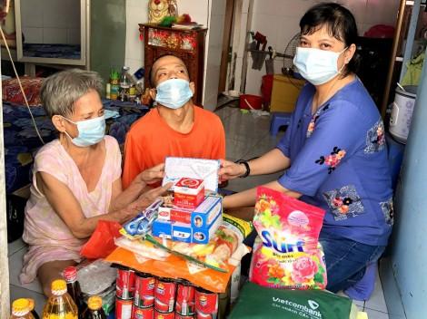 Nhóm bạn bè chị Trần Thị Tuyết Lan trao quà hỗ trợ gia đình bà Trần Thị Hết