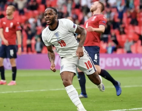 Sterling lập công đưa tuyển Anh lên ngôi đầu bảng