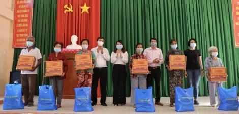 100 phần quà đến tay bà con nghèo ở xã Đông Bình và Đông Thuận