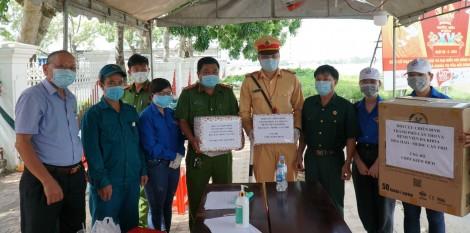 Thăm và tặng quà các lực lượng làm nhiệm vụ kiểm tra y tế