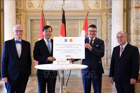 Germany presents more rapid test kits to Vietnam