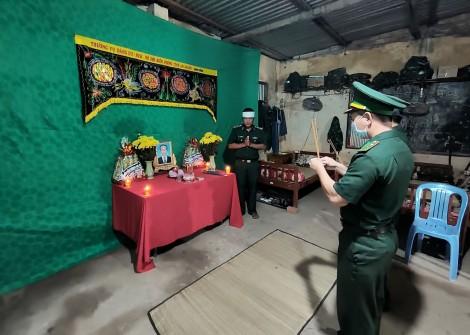Chiến sĩ biên phòng lập bàn thờ vọng chịu tang cha ở chốt phòng, chống dịch COVID-19