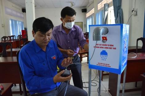 Thanh niên lắp ráp máy sát khuẩn năng lượng mặt trời
