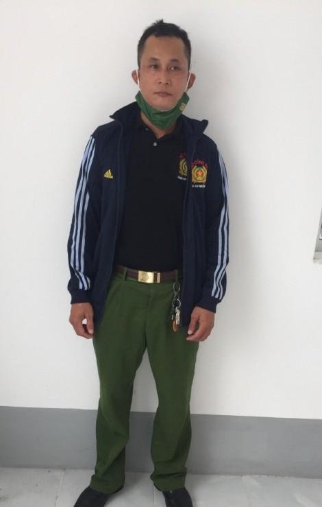 Mua trang phục Cảnh sát Nhân dân mặc, bị xử lý