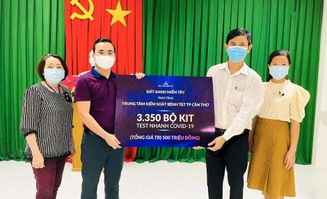 Đất Xanh Miền Tây trao tặng Trung tâm Kiểm soát bệnh tật TP Cần Thơ 3.350 bộ kit - test nhanh COVID-19, tổng giá trị 500 triệu đồng