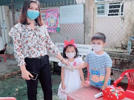 """Hai em bé """"mổ heo"""", lấy tiền dành tổ chức sinh nhật tặng bà con khó khăn mùa dịch COVID-19"""