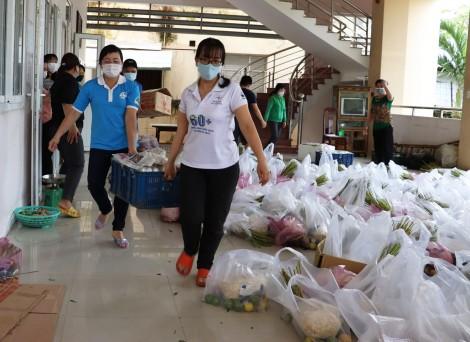 Hội LHPN TP Cần Thơ vận động quà hỗ trợ người dân và bếp ăn tuyến đầu làm nhiệm vụ