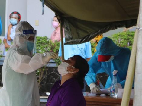Cần Thơ: 50.000 liều vaccine tiêm phòng COVID-19 cho người dân khu phong tỏa, các ổ dịch