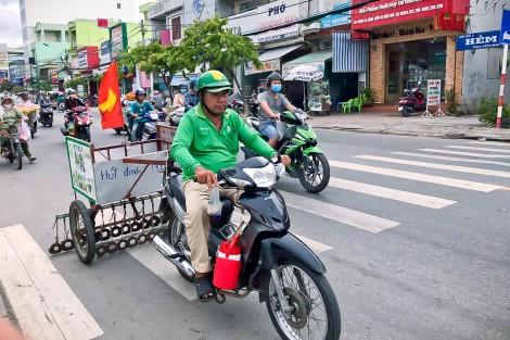 Bộ trưởng Giao thông vận tải tặng Bằng khen cho hai người đàn ông hút đinh, vá đường ở Cần Thơ
