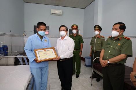 Chủ tịch thành phố khen thưởng, thăm hỏi cán bộ chiến sĩ bị thương khi làm nhiệm vụ