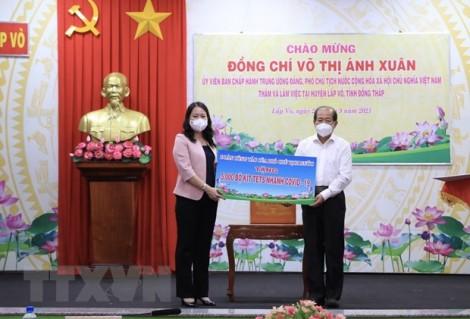 Phó Chủ tịch nước trao quà hỗ trợ Đồng Tháp chống dịch COVID-19