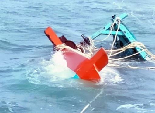 Kiên Giang: Cứu hộ 7 ngư dân trên tàu cá bị sóng đánh chìm trên biển