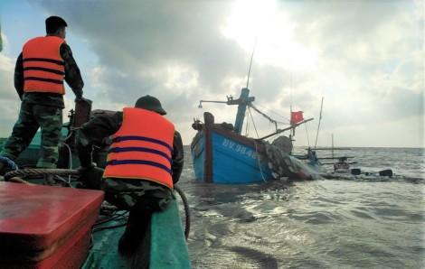 Cà Mau: Kịp thời cứu vớt 7 người bị chìm tàu trên biển