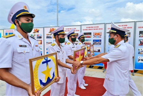 Vùng 5 Hải quân thượng cờ 4 tàu vận tải đổ bộ đa năng
