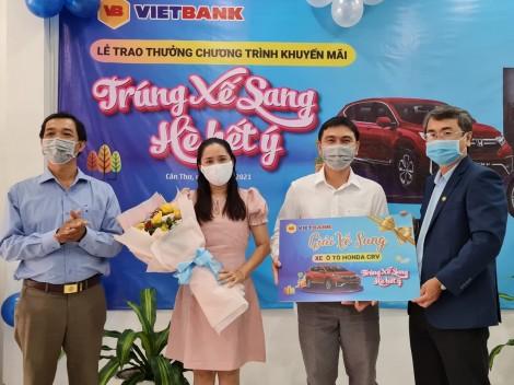 """Vietbank Cần Thơ trao giải đặc biệt xe ô tô Honda CR-V cho khách hàng tham gia Chương trình """"Trúng xế sang - Hè hết ý"""""""