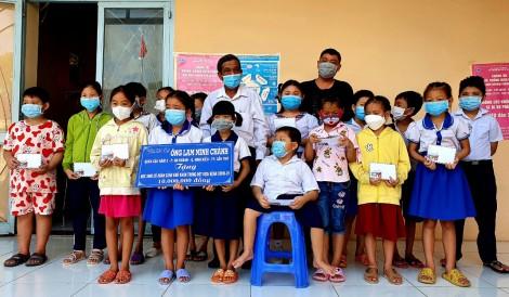 Trao học bổng cho học sinh khó khăn do dịch bệnh COVID-19