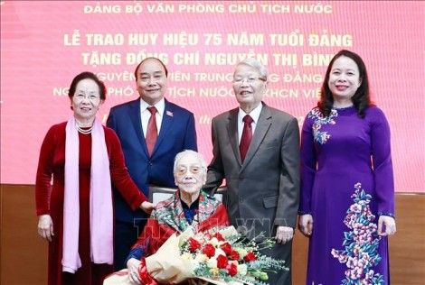 """Chủ tịch nước trao """"Huy hiệu 75 năm tuổi Đảng"""" cho nguyên Phó Chủ tịch nước Nguyễn Thị Bình"""