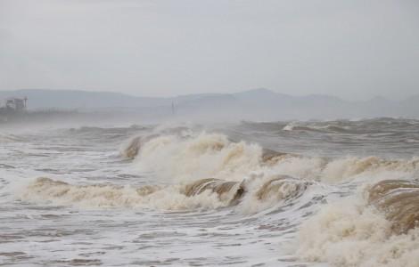 Áp thấp nhiệt đới áp sát biển Khánh Hòa-Ninh Thuận, gió giật cấp 9